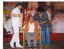 Journalist P.G. Shrinivas Murthy being honored with Raghavendra Chitravani Award by Upendra and Vishnuvardhan
