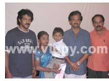 Upendra and Sudhindra donated Rs. 50,000 to scribe Manohar's family